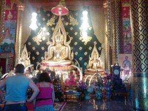 Een van de vele typische Thaische tempels