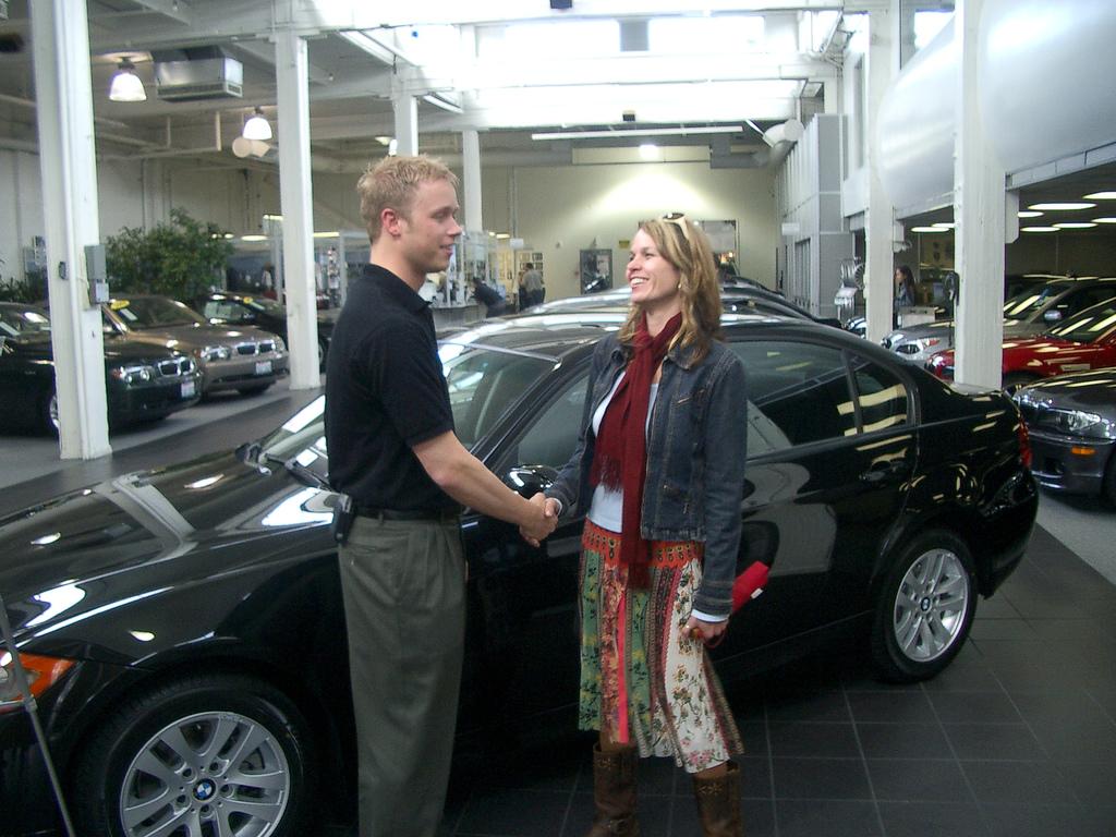 Wat is er goedkoper: een auto huren of een auto leasen?